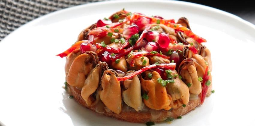 tarte de moules à l'oignon, grenade et chorizo